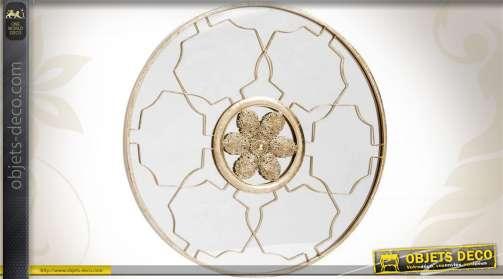 Miroir décoratif rond finition dorée vieillie en métal avec ornementations orientales