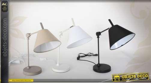 Trio de lampes de bureau en métal avec abat-jour coniques, coloris noir, blanc et beige.