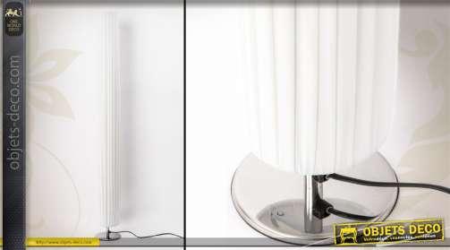 Lampadaire cylindre avec pied en inox et abat-jour effet tissu plissé coloris blanc.