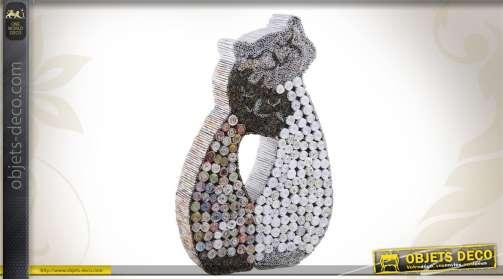 Statuette en papier recyclé représentant un couple de chats.