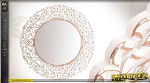 Miroir mural de forme ronde, avec encadrement en bois patine blanche vieillie.