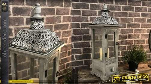 Lanterne en bois et métal, finition gris délavé, avec un tiroir.