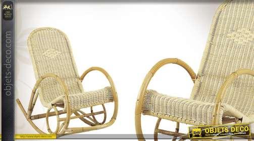 Fauteuil rocking-chair coloris clair en rotin.