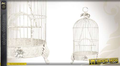 Cage à oiseaux en métal coloris blanc vieilli, avec ornementation romantique et perchoir.