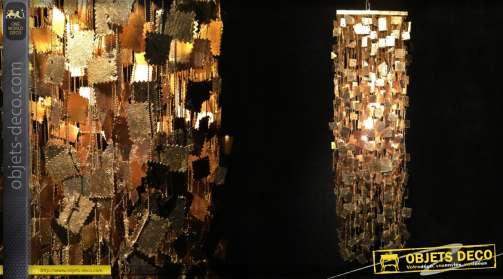 Suspension en métal en cylindre, ornée de plaquettes en forme de timbres postaux, patine dorée.