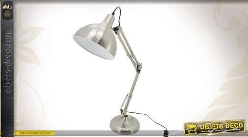 Lampe de bureau argentée en acier brossé.