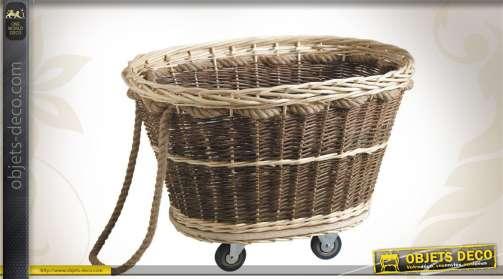 Chariot à bûches en osier blanc et osier brut, monté sur roulettes, avec corde.