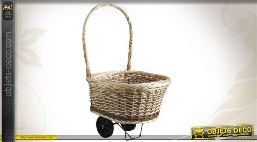 Chariot à bûches en osier brut et osier blanc, avec anse et roulettes.