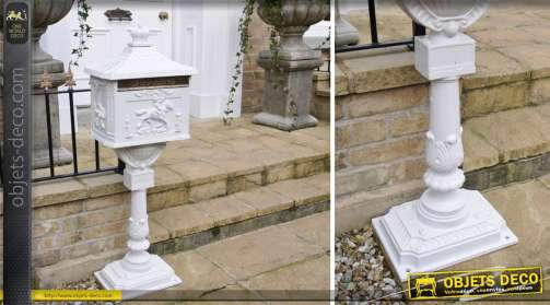 Boîte aux lettres Post Box UK sur pied blanche
