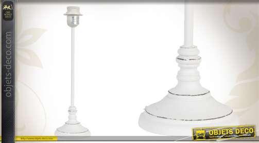 Pied de lampe en bois patiné blanc vieilli, design épuré.