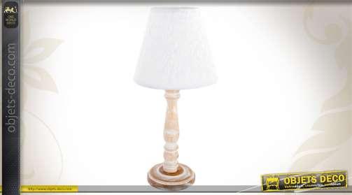Lampe à poser avec pied en bois tourné et blanchi et abat-jour blanc finition dentelle.