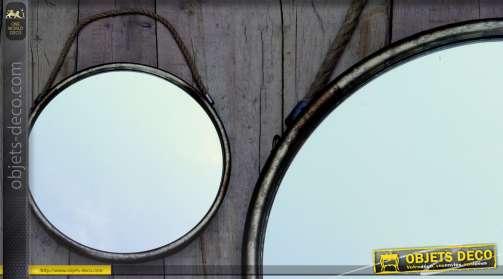 Miroir rond en métal avec anse de suspension en cordage, style rétro et vieilli. Diamètre 52 cm.