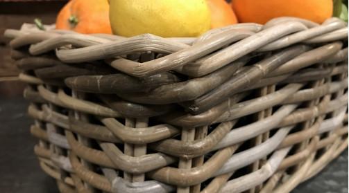 Jardinière décorative en poelet gris avec doublure noire en plastique.