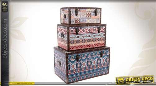 Trio de malles de rangement en bois et toile chargées de motifs décoratifs.