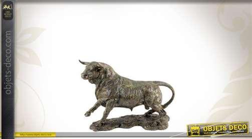 Statuette en résine en forme de taureau, finition bronze ancien.