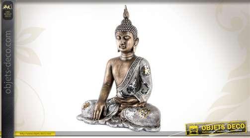 Statuette du Boudda en position bhūmisparśa-mudrā, réalisée en résine finition argentée.