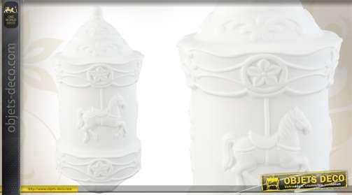 Lampe de nuit en céramique coloris blanc, en forme de carrousel.