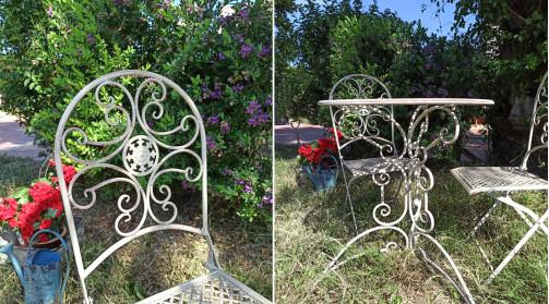 Table et chaises de jardin assorties, réalisées en métal coloris blanc, de style vintage.
