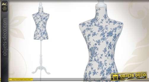 Mannequin de couture décoratif avec pied en bois et buste tissu chargé de motifs floraux coloris bleu et blanc.