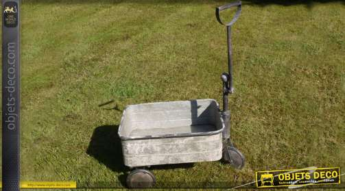 Chariot jardinière en métal gris vieilli façon zinc ancien. Modèle taille moyenne.