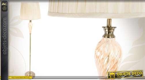 Lampadaire en métal de style classique agrémenté d'un bulbe stylisé et rosé, avec abat-jour.