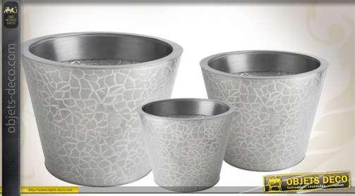 Trio de cache-pots décoratifs réalisés en zinc titanium, finition argentée et effet brossé.