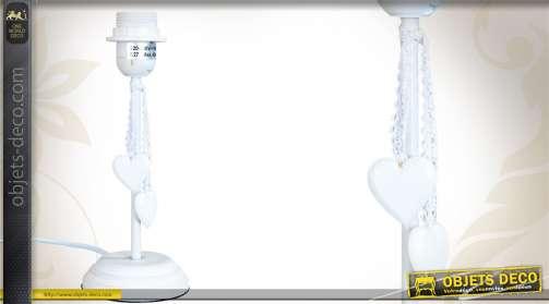 Pied de lampe en bois coloris blanc, orné de coeurs suspendus, de style romantique.