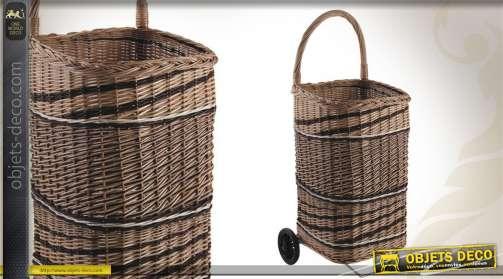 Chariot à bûches réalisé en osier finition bicolore, avec anse large, roulette et fond anti-poussière.