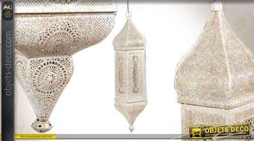 Suspension en métal patinée blanc vieilli, avec moucharabieh de style oriental.