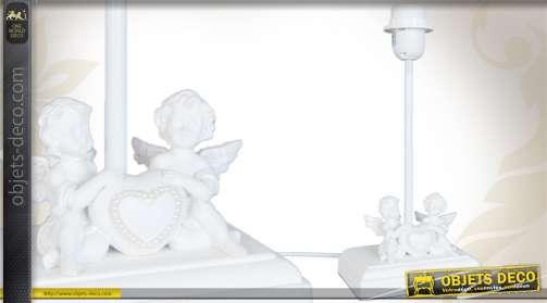 Pied de lampe réalisé en bois et coloré en blanc, avec figurines d'angelots et coeur.