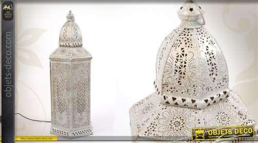 Lanterne décorative avec équipement électrique, réalisée en métal et ornée d'un moucharabieh floral, finition blanchie.