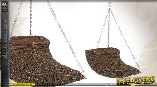 Cache-pot réalisé en osier avec doublure plastique et chaînette en métal, en forme de corne.