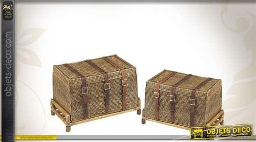 Duo de malles décoratives en rotin antique, avec sangles finition cuir et plateaux.
