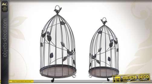 Série de 2 cages à oiseaux en métal vieilli, avec ornementation végétale et miniatures d'oiseaux.