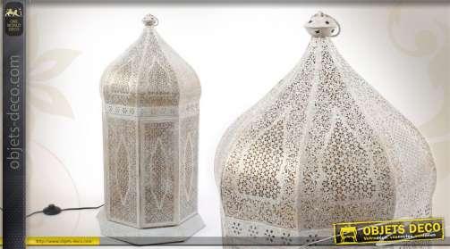 Lanterne électrifiée réalisée en métal, coloris blanc ancien et finition dorée, de style oriental.