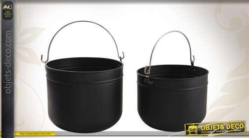 Série de 2 corbeilles à bûches réalisées en métal, coloris noir, avec poignées.