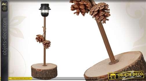 Pied de lampe décoratif avec pommes de pin, en bois et en métal.