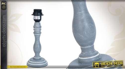 Pied de lampe en bois tourné et patiné gris finition blanchie.