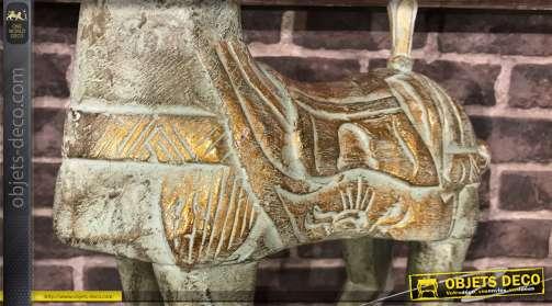 Grande statuette d'un cheval, réalisée en bois à la finition ancoienne.