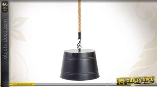 Suspension en métal noir et en corde, de style industriel.