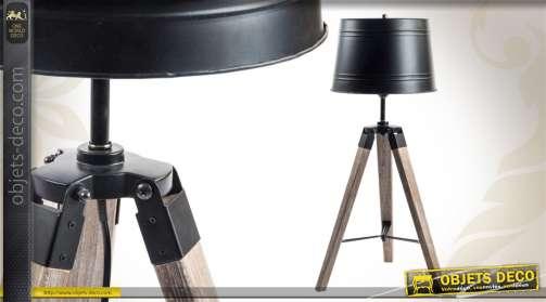Lampe à poser de style indus, réalisée en bois et en métal.