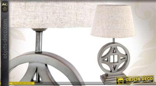 Lampe à poser avec pied stylisé réalisé en bois et abat-jour simple.