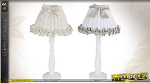 Ensemble de 2 lampes de table avec pieds en bois tourné et laqués blanc et abat-jour en tissu coloris divers.