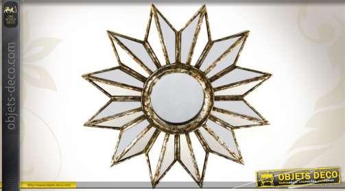Miroir mural soleil réalisé en résine finition vieux doré et en verre.