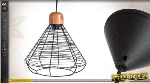 suspension de style industriel, réalisée en métal noir, design contemporain.