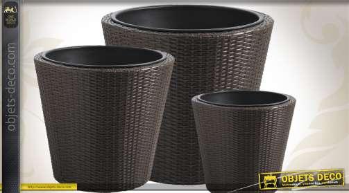 Ensemble de 3 cache-pots en rotin synthétique et en métal, de style contemporain.