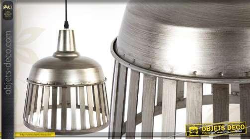 Suspension de style industriel, réalisée en métal coloris argent finition brossée.