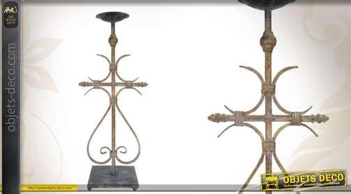 Grand chandelier de style ancien, réalisé en métal finition vieillie.