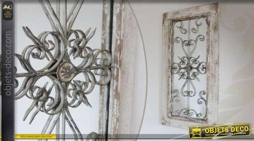 Miroir mural de forme rectangulaire, réalisé en bois, verre et métal, patiné blanc vieilli.
