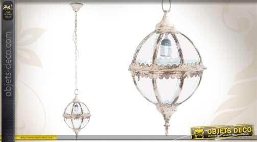 Luminaire de style ancien réalisé en métal patiné et en verre, de forme sphérique.